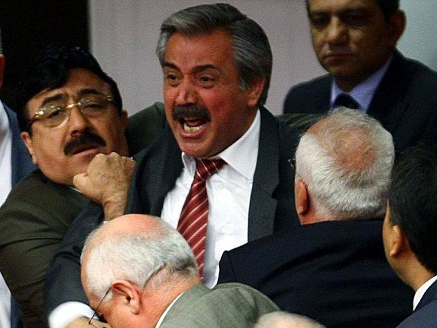 Rvačka v tureckém parlamentu. Ilustrační foto.