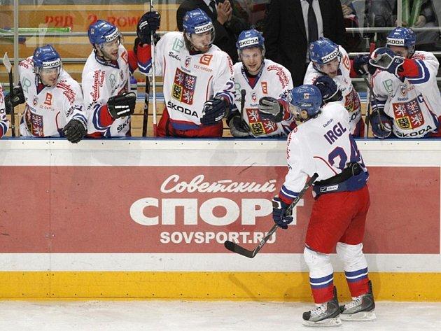 Zbyněk Irgl se raduje z proměněného nájezdu proti Rusku.