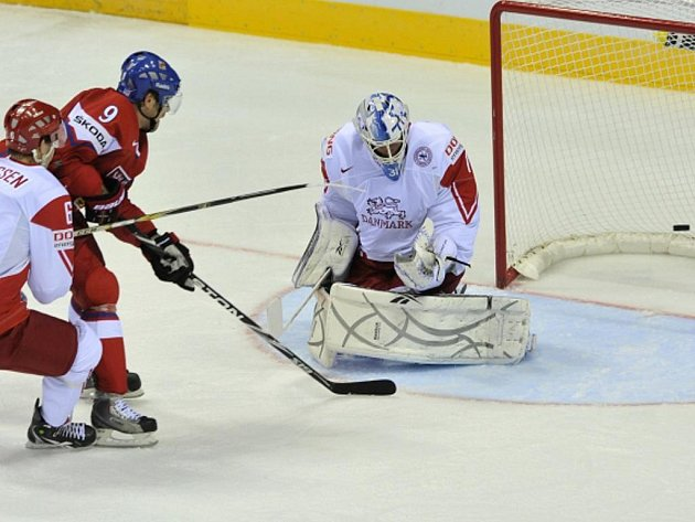 Útočník Milan Michálek střílí gól proti Dánsku.