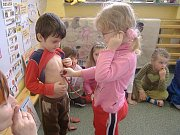 Děti se zábavnou formou dozvídají o správném životním stylu.