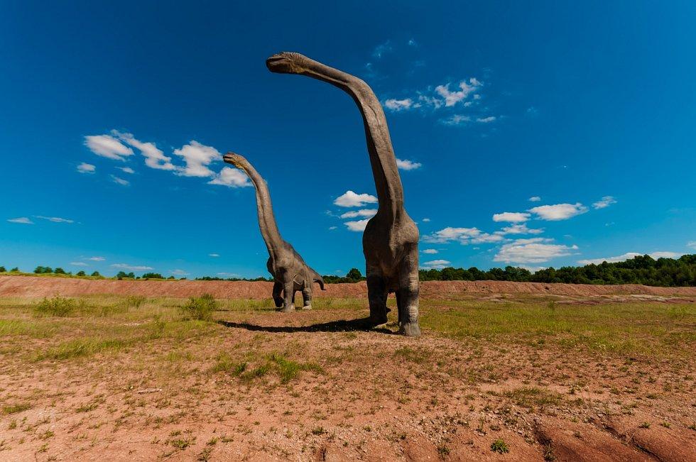 Velcí dinosauři museli během páření vyřešit problém vlastní ohromující váhy