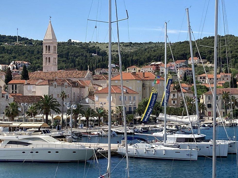 Češtině se v Chorvatsku nevyhnete. Zní v restauracích, na ulicích i v marínách, z nichž na moře vyplouvají také čeští jachtaři.