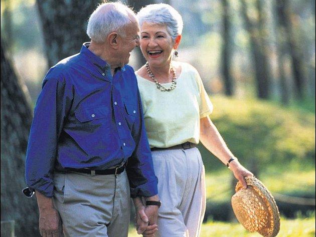 Důchodci na procházce si užívají klidného stáří.