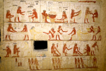 Stěny zdobí kresby a nápisy.