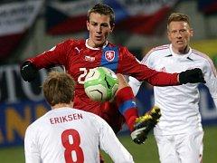 Vladimír Darida (uprostřed) si zpracovává míč proti Dánsku.