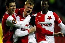 Slávista Petr Janda (uprostřed) se raduje se svými spoluhráči z druhého gólu proti Budějovicím.