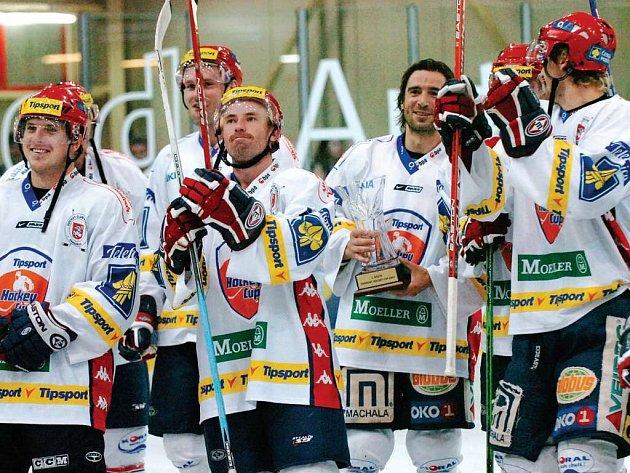 Pardubický Miro Hlinka drží v obležení spoluhráčů pohár pro vítěze Tipsport Hockey Cupu.