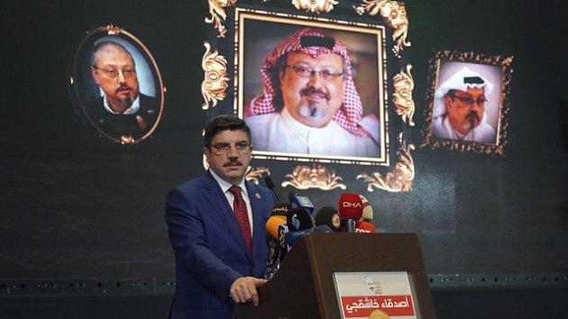 Saúdskoarabský novinář Džamál Chášukdží. V popředí turecký poradce Jasin Aktaj