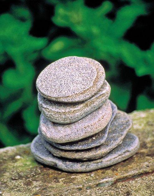"""SOLITÉR neobvyklého tvaru a složení si můžeme vytvořit sami pomocí docela """"obyčejných"""" plochých kamenů."""