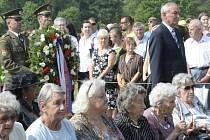 Místopředseda Senátu Přemysl Sobotka se 13. června v Lidicích na Kladensku zúčastnil pietního aktu u hromadného hrobu popravených mužů u příležitosti k 73. výročí vyhlazení obce nacistickými vojáky.