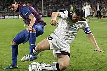 Pavel Horváth (vpravo) si na barcelonském Nou Campu plnil sny. Takhle bojoval o míč s Davidem Villou