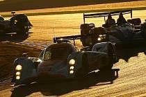 Sportovní prototyp Lola Aston Martin posádky Jan Charouz, Tomáš Enge a Stefan Mücke v záři zapadajícího portugalského slunce.