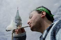 Kuřák marihuany. V pozadí budova kanadského parlamentu v Ottawě.