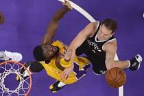Bojan Bogdanovič (vpravo) z Brooklynu dává koš proti Los Angeles Lakers
