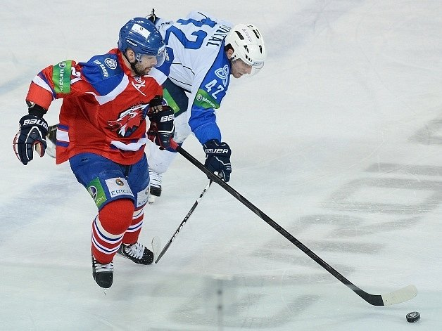 Jakub Klepiš (vlevo) z týmu Lev Praha a Petr Koukal z Nižněkamsku.