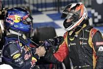 Fin Kimi Räikkönen přijímá gratulace od Sebastiena Vettela z Red Bullu.