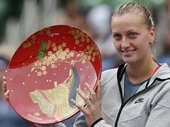Petra Kvitová s trofejí pro vítězku turnaje v Tokiu.
