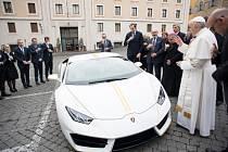 Papež František vydražil své Lamborghini