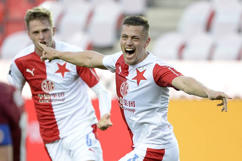 Fotbalista Tomáš Holeš ze Slavie (vpravo) se raduje z gólu (na snímku z 11. dubna 2021).
