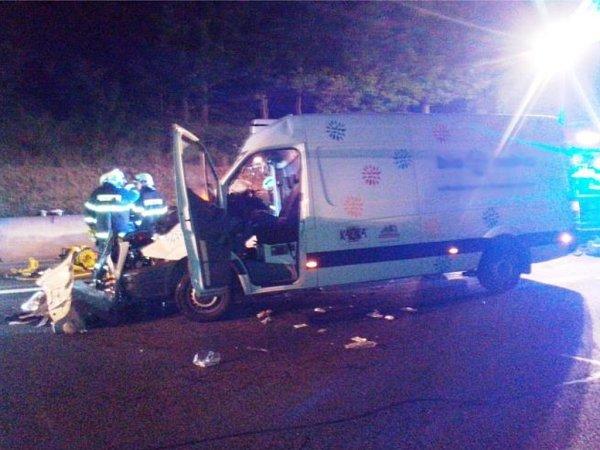 ivot spolujezdce si vyžádala dopravní nehoda, která vnoci na čtvrtek zastavila provoz na kilometru 16,5dálnice D1 před Prahou.