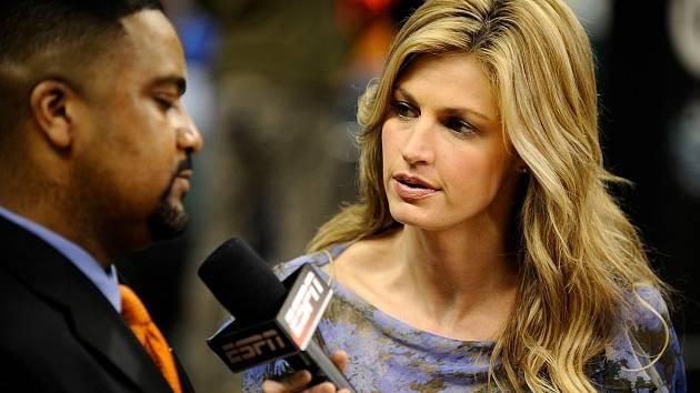 Sportovní reportérka Erin Andrewsová při práci.