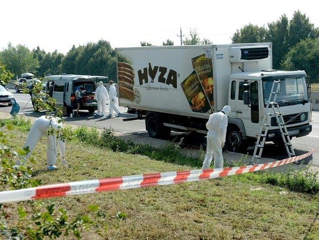 Počet mrtvých uprchlíků v chladírenském voze odstaveném nedaleko rakousko-maďarské hranice by měl být znám v pátek dopoledne.