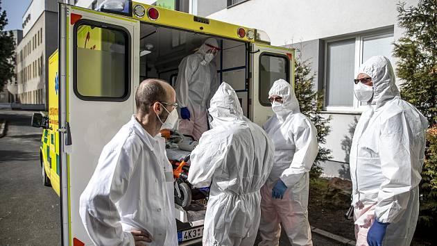 Nemocnice Sokolov při boji proti pandemii v době koronaviru 24. února v Sokolově. Vlevo primář ARO Martin Stankovič.