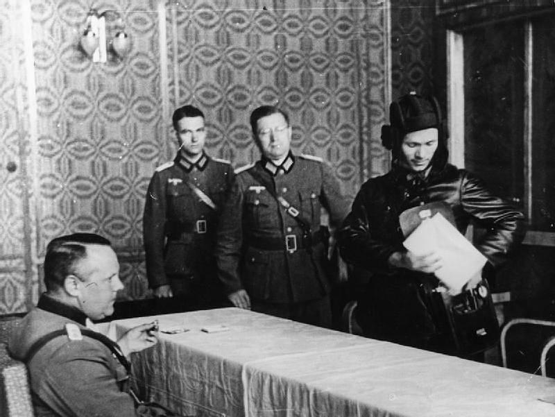 Němečtí a ruští důstojníci diskutují v Brestu Litevském o podrobnostech rozdělení Polska mezi dvě invazní armády