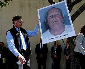 Tisková konference k dopadení sériového vraha v Kalifornii