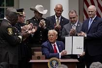 Prezident Donald Trump na zahradě Bílého domu po podpisu exekutivního nařízení, jehož cílem je posílení profesních standardů u policie.