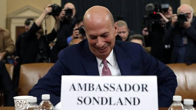 Americký diplomat Gordon Sondland působící jako velvyslanec USA při Evropské unii při veřejném slyšení v Kongresu.
