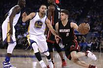 Tyler Johnson z Miami v akci proti Golden State