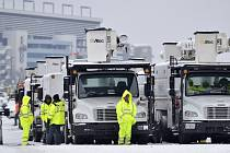 K východnímu pobřeží USA dorazila mohutná sněhová bouře, která podle předpovědí meteorologů zasáhne přes 50 milionů lidí v desítce amerických států.