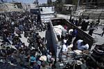 Zničené městou Doumá, ilustrační foto. Fronta na potraviny.