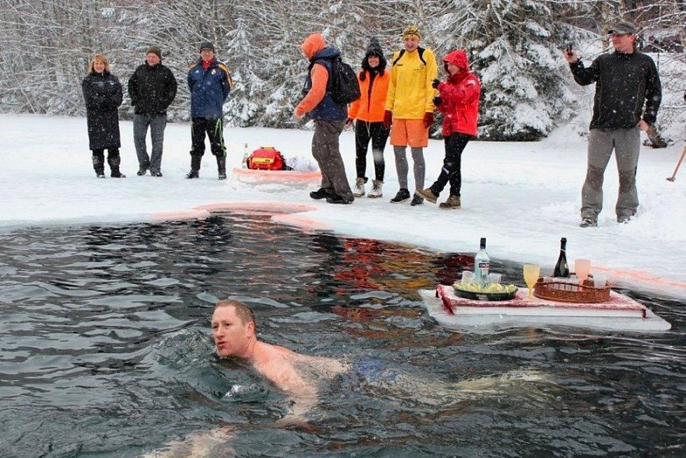Starosta Zábřehu František John přijal pozvání zimních plavců a zaplaval si v ledových vodách přehrady na Bozeňově.