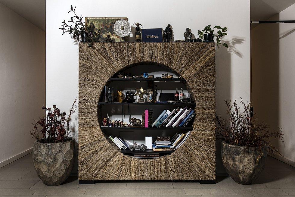 Oblíbeným nábytkem Yemiho je knihovna z Bali.