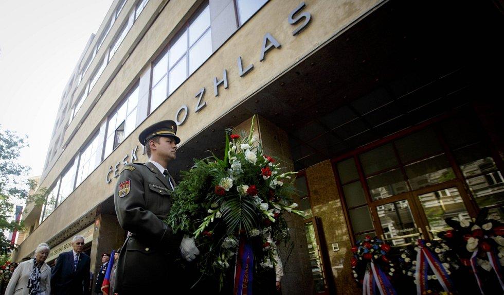 Pietní připomínku obětí srpnové okupace Československa armádami Varšavské smlouvy v roce 1968 si lidé připomněli 21. srpna před budovou Českého rozhlasu v Praze.