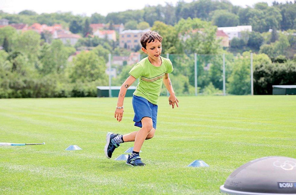 Slalom - Při nesymetrických sportech se dítě často dokáže otáčet pouze najednu dominantní stranu. Pak je vhodné věnovat úsilí kompenzaci opačné strany.