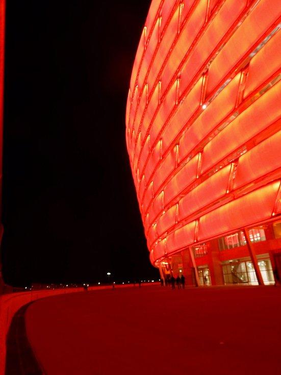 Olympijský stadion v Baku připomíná - nejen nasvícením - Allianz Arenu v Mnichově. Stavět jej začali v roce 2011, hotový byl o čtyři roky později.