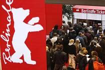 Lidé si kupují vstupenky na Mezinárodní filmový festival Berlinale.