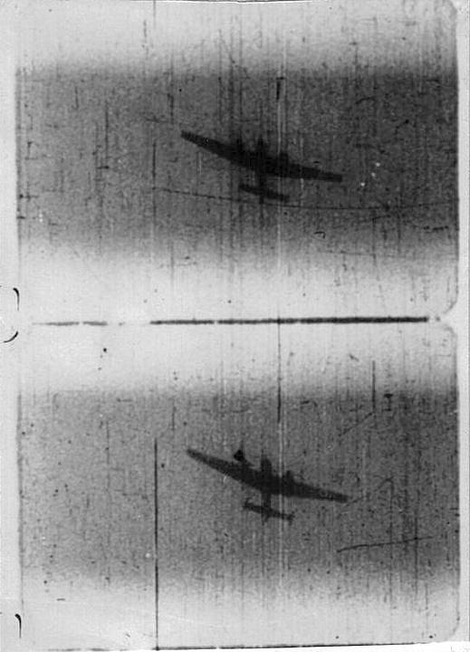 Messerschmitt Bf 110 se snaží uniknout útočícímu britskému Spitfiru, snímek z letecké kulometné kamery