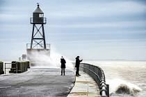 Lidé v německém Wilhelmshavenu pozorují moře rozbouřené bouří Sabine.