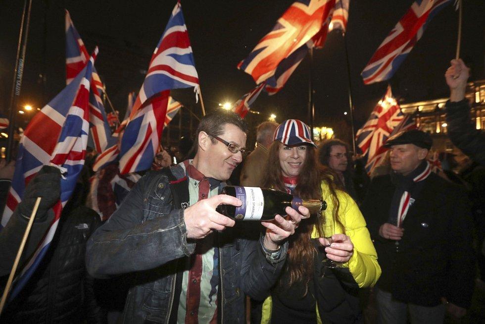Odchod z Unie vyrazily do ulic oslavit tisíce lidí.