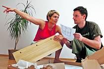 NÁJEM, NEBO VLASTNÍ BYDLENÍ? Podle odborníků dá se stále vzrůstajícími cenami nájemného a změnami v občanském zákoníku, jehož návrh vychází vstříc majitelům nemovitostí, stále více lidí přednost před podnájmem zakoupení vlastního bydlení