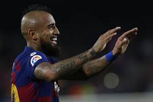 Radující se fotbalista Barcelony Arturo Vidal.