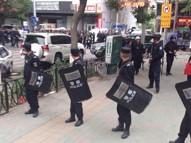 Nejméně 31 obětí na životech si dnes vyžádal atentát na tržišti v ujgurské metropoli Urumči v severozápadní Číně. Více než 90 lidí utrpělo zranění.