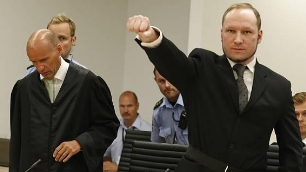 Anders Breivik před vynesením rozsudku předvedl svůj pozdrav