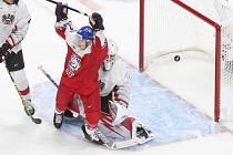 Český hokejista Pavel Novák se raduje z gólu. Vpravo je překonaný rakouský brankář Sebastian Wraneschitz na MS dvacítek