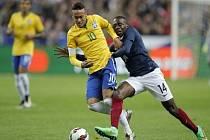 Brazilský čaroděj Neymar (vlevo) a Blaise Matuidi z Francie.