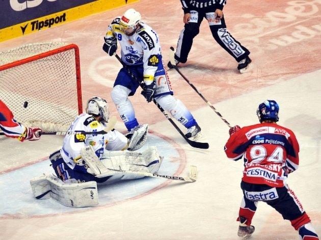 Finále play off hokejové extraligy, 5. zápas, HC ČSOB Pojišťovna Pardubice - HC Kometa Brno, 17. dubna v Pardubicích. Pardubický Jiří Cetkovský (vpravo) úvodní gól utkání.